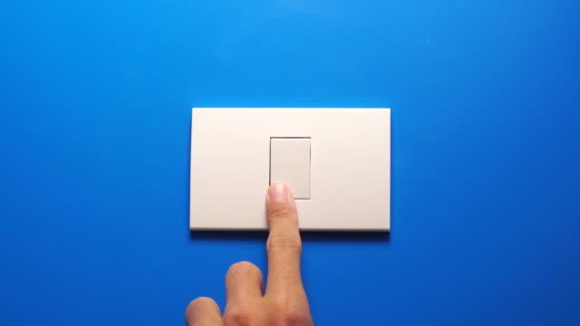 stänga av glödlampan slå på blå vägg - ljus bildbanksvideor och videomaterial från bakom kulisserna