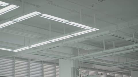 vídeos y material grabado en eventos de stock de apagar las luces en el almacén - luz