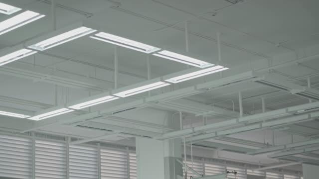 ausschalten der beleuchtung im lager - halle gebäude stock-videos und b-roll-filmmaterial