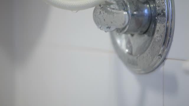vídeos y material grabado en eventos de stock de gire en la ducha - ducha