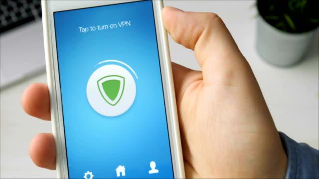 aktivera vpn på din smartphone för säkert surfande - vpn bildbanksvideor och videomaterial från bakom kulisserna