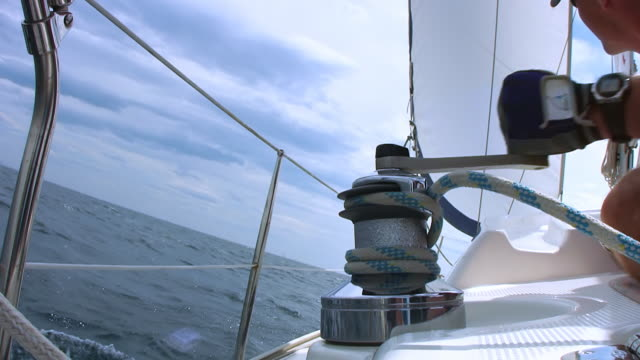 hd: turning the sail winch on a boat - segling bildbanksvideor och videomaterial från bakom kulisserna