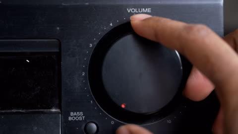 alzando il volume con la mano umana destra - girare video stock e b–roll