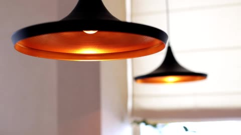 vídeos de stock e filmes b-roll de turns on and off beautiful chandelier in ceiling illuminates yellow - iluminado