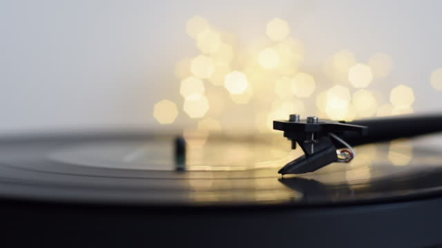 vídeos de stock e filmes b-roll de turntable playing vinyl lp record at home party - living room background