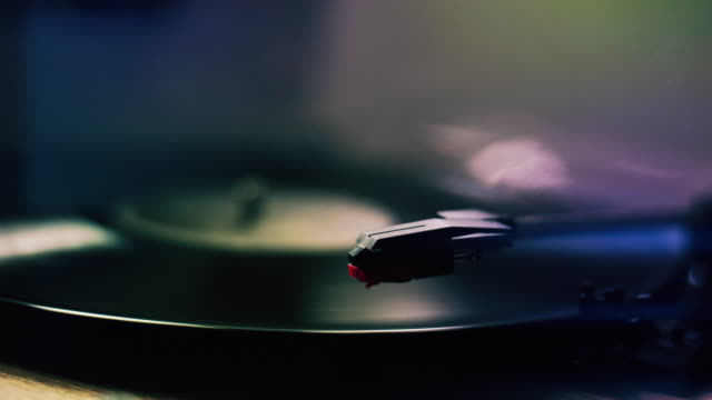 turntable, stylus and record. low angle selective focus. - giradischi video stock e b–roll