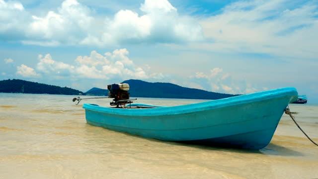 turquoise fisherman boat moored in saracen bay - columbus day filmów i materiałów b-roll