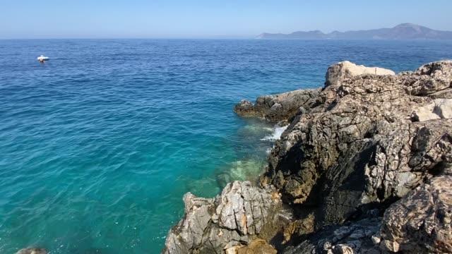turkos medelhavet och stenig grön ö med pinjeträd. - turistbåt bildbanksvideor och videomaterial från bakom kulisserna