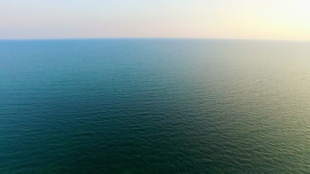 vídeos y material grabado en eventos de stock de antena: mar turquesa en sunrise - superficie del agua