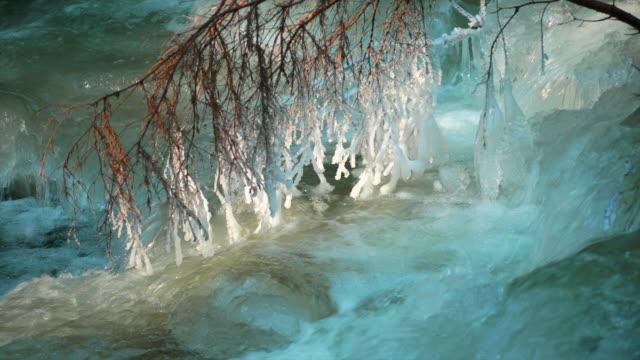 hd turquoise winter river with icy branch (loopable) (4:2:2) - icicle bildbanksvideor och videomaterial från bakom kulisserna