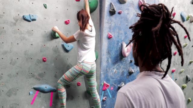 eine kletterwand lektion nachhilfe - bouldering stock-videos und b-roll-filmmaterial