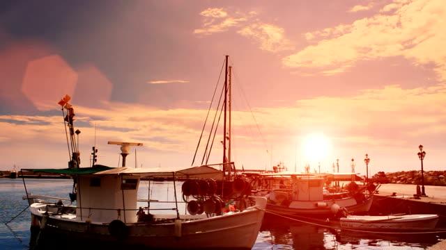 vídeos y material grabado en eventos de stock de crepúsculo apacible de pesca en el puerto - anclado