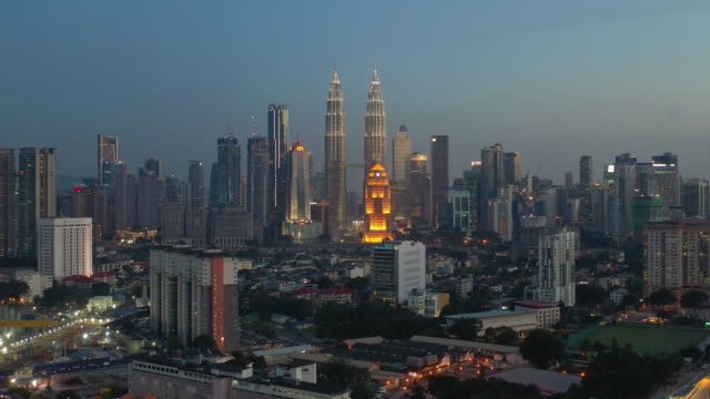skymning nattbelysning kuala lumpur downtown aerial panorama 4k malaysia - petronas twin towers bildbanksvideor och videomaterial från bakom kulisserna