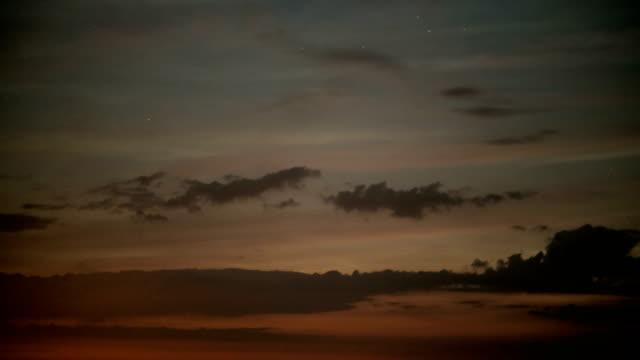 황혼의 밤 하늘 구름 - 불길한 스톡 비디오 및 b-롤 화면