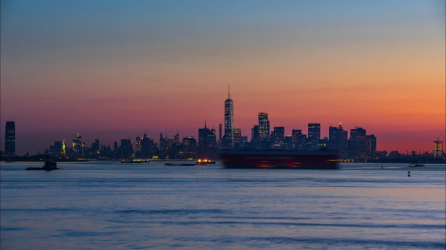 Twilight to Sunrise timelapse of Financial District skyscrapers from New York City Harbor - vídeo