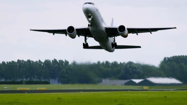 stockvideo's en b-roll-footage met het vliegtuig van de tweelingmotor versnelt en neemt op - schiphol