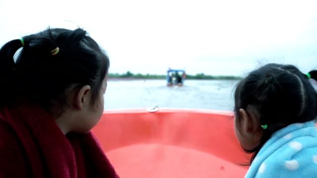 tvåbäddsrum liten asiatisk tjej resa på båten och sightseeing, udon thani, thailand - endast flickor bildbanksvideor och videomaterial från bakom kulisserna