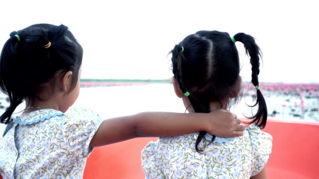 Twin little girl journey on boat and sightseeing, Udon Thani, Thailand - Vidéo