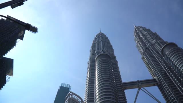 twin tower i kuala lumpur malaysia - petronas twin towers bildbanksvideor och videomaterial från bakom kulisserna