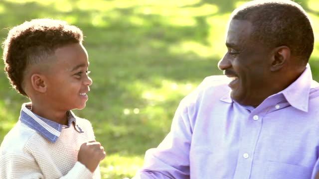 Dos niños afroamericanos con sus abuelos - vídeo