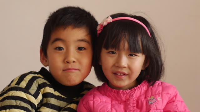 2 つのアジアのお子様 - 兄弟点の映像素材/bロール