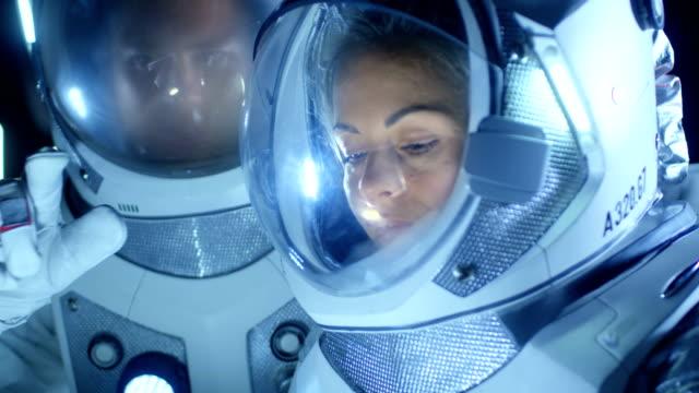 Dos astronautas usar trajes espaciales hablar, explorar recién había descubierto planeta, comunicarse con la tierra. Viajes espaciales, la exploración y colonización concepto. - vídeo