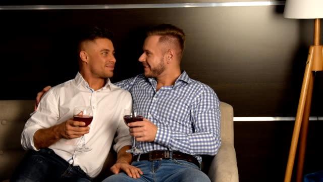 魅力的な 2 人飲みの赤ワインです。愛との関係。 - 同性カップル点の映像素材/bロール