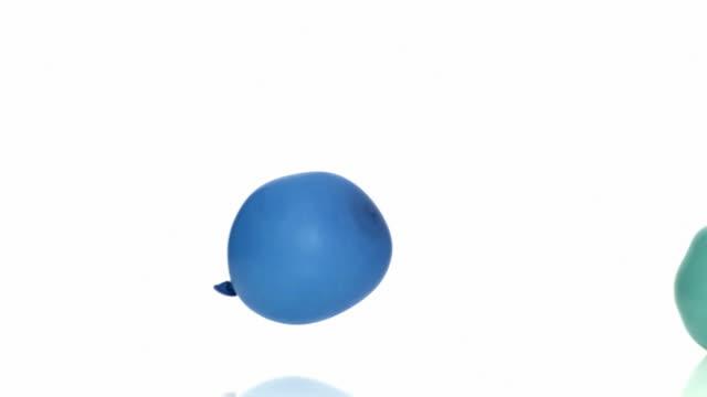 due palloncini ondeggiano in ogni altro - due oggetti video stock e b–roll