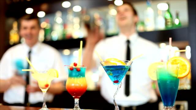 Dos barman en el club nocturno - vídeo