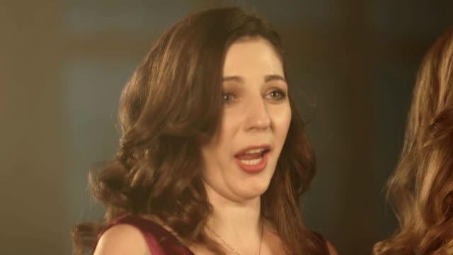2 つの美しいオペラ歌手の女の子。アーティスト歌手の fullhd 肖像画をクローズ アップ。 - オペラ点の映像素材/bロール