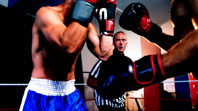 2 つのボクサーがボクシングのリングで戦う - ボクシング点の映像素材/bロール