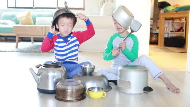 鍋やフライパンの階に 2 つの弟 ビデオ