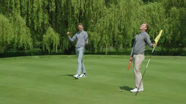 Zwei Brüder, die Golf spielen, einer singt den Putt, die anderen lachen ungläubig! – Video