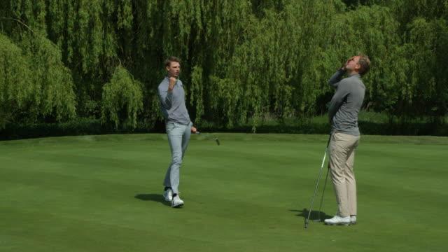 Zwei Brüder spielen Golf, nur einer feiert! – Video