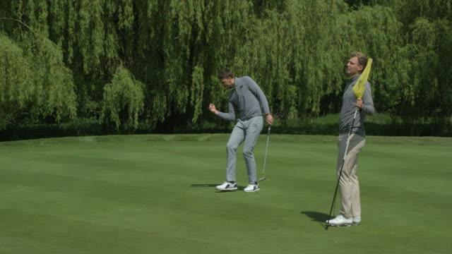 Zwei Brüder spielen Golf. – Video