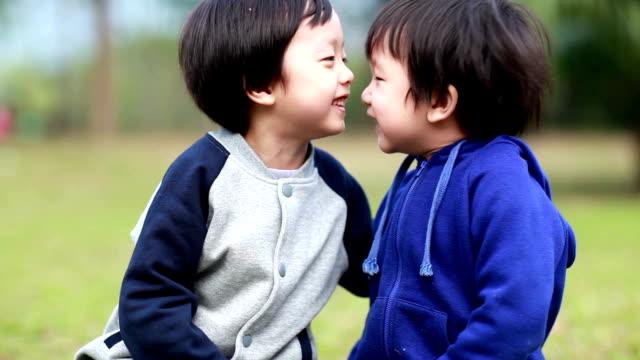 stockvideo's en b-roll-footage met twee broers - aziatische etniciteit