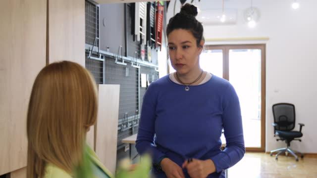 사무실에서 일하는 것에 대해 이야기하는 두 명의 비즈니스 동료 - 캐쥬얼 의류 스톡 비디오 및 b-롤 화면
