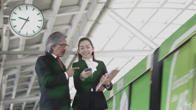 2 つのビジネス話、地下鉄駅での議論。 - 乗客点の映像素材/bロール