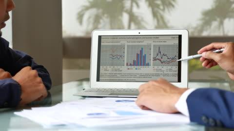 vídeos y material grabado en eventos de stock de presentación del análisis estadístico de dos empresario - negocio corporativo