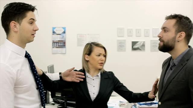 2 人のビジネスマンがオフィスで戦っている激しい、長官はそれらを分割しよう - 対立点の映像素材/bロール
