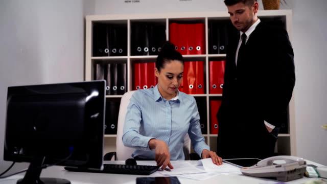 Dois empresários no escritório. Mulher perguntar ao colega de homem para ajudar, mas ele rejeitar e vá embora - vídeo