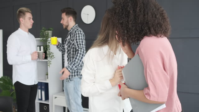 zwei geschäftsfrauen klagen im amt - klatsch stock-videos und b-roll-filmmaterial