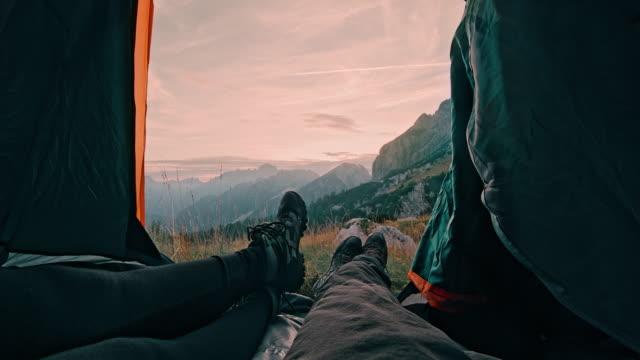 ms zwei camper ruhen in ihrem zelt in den bergen - schuhwerk videos stock-videos und b-roll-filmmaterial