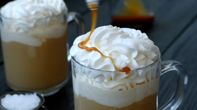zwei caramel latte mit salz - milchkaffee stock-videos und b-roll-filmmaterial