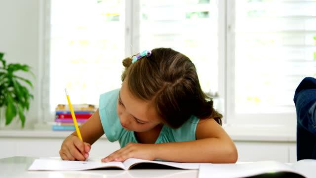 due bambini che fanno i compiti insieme - 8 9 anni video stock e b–roll