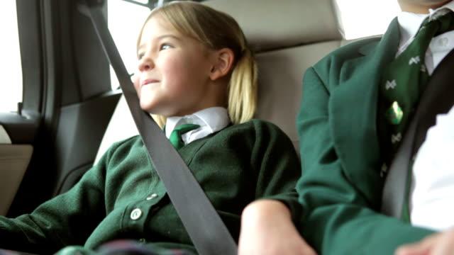 due bambini in uniforme gestiti a scuola - preadolescente video stock e b–roll