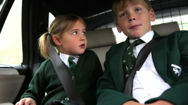 のお子様 2 名までの中で統一学校 - 兄弟姉妹点の映像素材/bロール