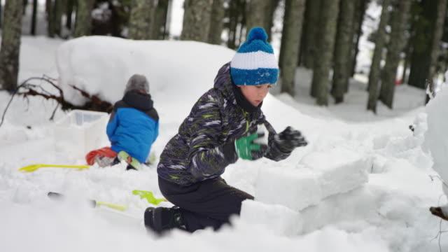 slo mo två barn som leker utanför i snön - snow kids bildbanksvideor och videomaterial från bakom kulisserna