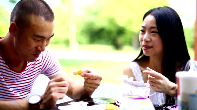 Zwei chinesische Volk zu Mittag essen. – Video