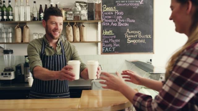 due caffè da andare - caffetteria video stock e b–roll